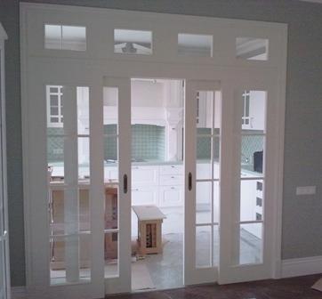 Раздвижная дверь белая со стеклом